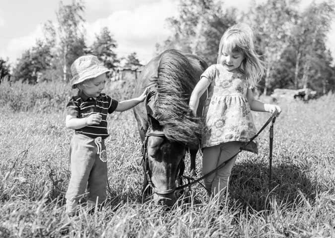 lapset ja hevonen