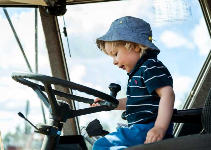 poika ja traktori
